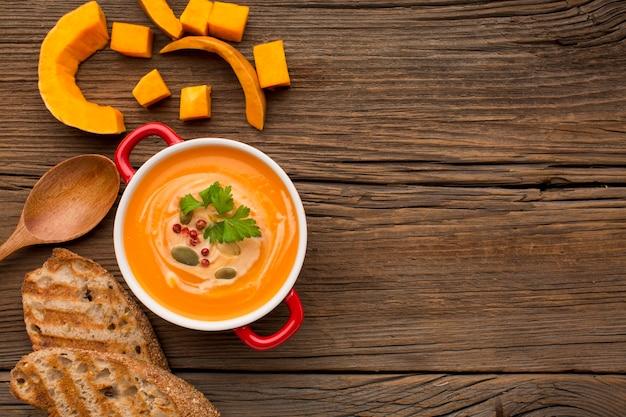 Bovenaanzicht van pompoen soep met kopie ruimte en toast Premium Foto