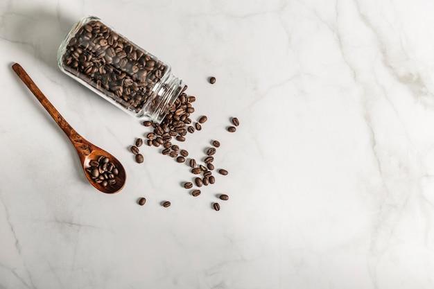 Bovenaanzicht van pot met gebrande koffiebonen en kopie ruimte Gratis Foto