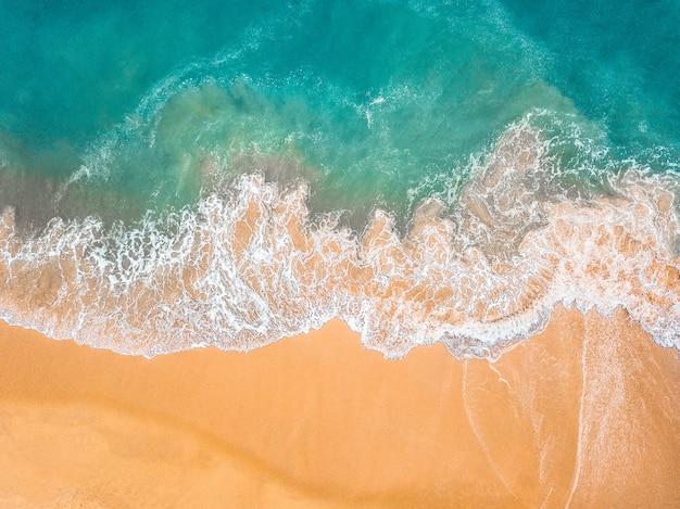 Bovenaanzicht van prachtig zandstrand met turquoise zeewater Premium Foto