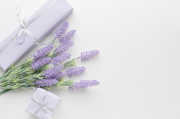 Bovenaanzicht van presenteert met lavendel Gratis Foto