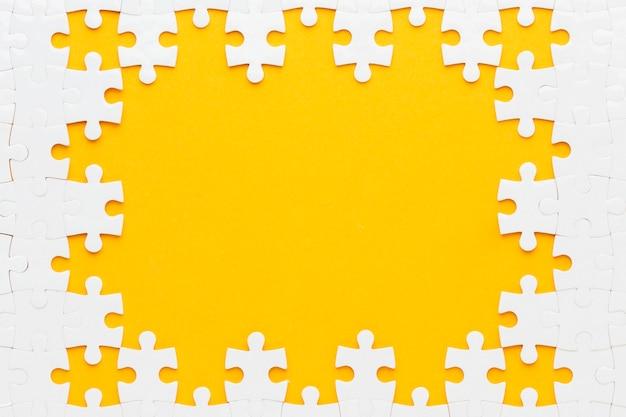 Bovenaanzicht van puzzel frame concept Gratis Foto