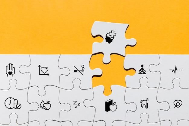Bovenaanzicht van puzzel met medische pictogrammen Gratis Foto