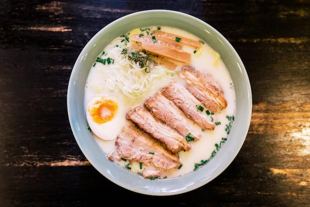 Bovenaanzicht van ramen cream pork bone soup (tonkotsu ramen). Premium Foto