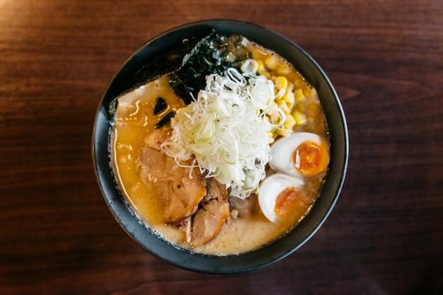 Bovenaanzicht van ramen pork bone soup (tonkotsu ramen). Premium Foto