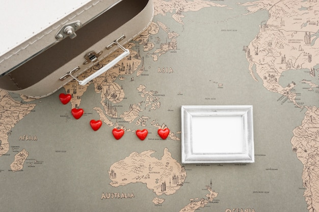Bovenaanzicht van reizen compositie met koffer en het frame Gratis Foto