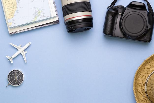 Bovenaanzicht van reiziger accessoires met lege ruimte voor tekstinformatie, reizen vakantiereis Premium Foto