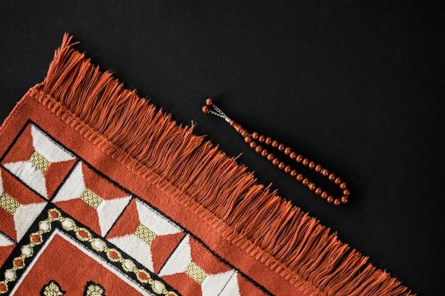 Bovenaanzicht van religieuze textiel met armband Gratis Foto