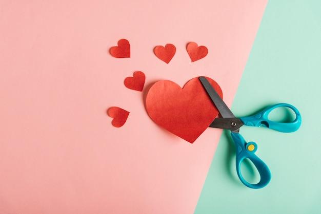 Bovenaanzicht van rood papier hart Gratis Foto