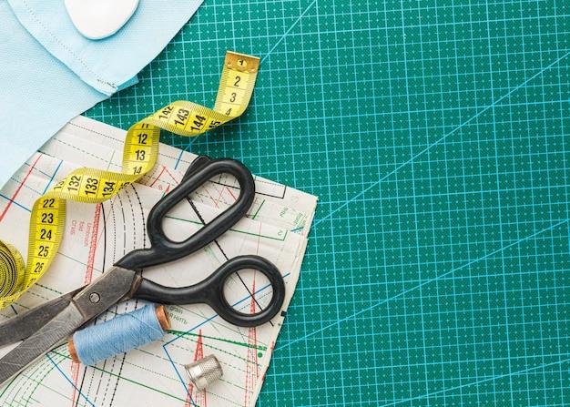 Bovenaanzicht van schaar met meetlint en draad Premium Foto