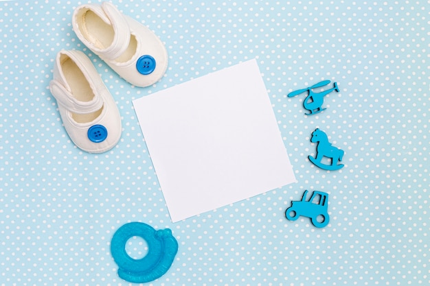 Bovenaanzicht van schattige kleine baby-accessoires Gratis Foto