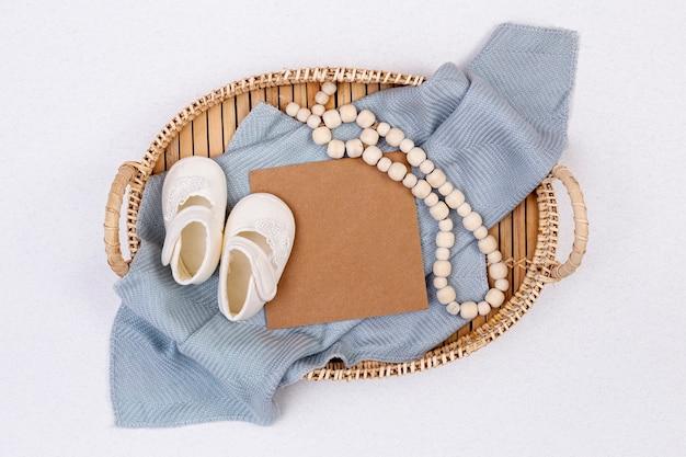 Bovenaanzicht van schattige kleine baby boy accessoires Gratis Foto