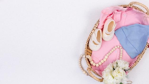 Bovenaanzicht van schattige kleine baby meisje accessoires Gratis Foto