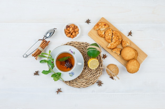 Bovenaanzicht van snacks met kruidenthee Gratis Foto