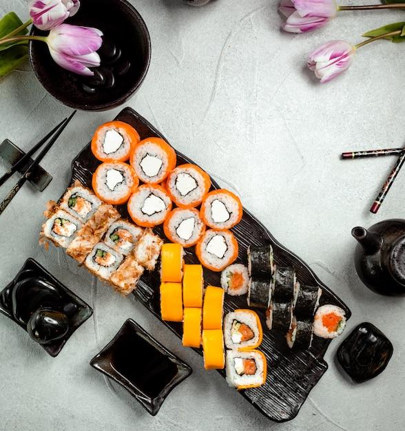 Bovenaanzicht van sushi rolletjes set geserveerd met sojasaus Gratis Foto
