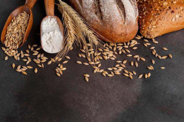 Bovenaanzicht van tarwe zaden en lepel bloem Gratis Foto
