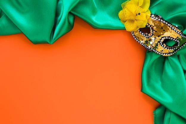 Bovenaanzicht van textiel en masker voor carnaval met kopie ruimte Gratis Foto