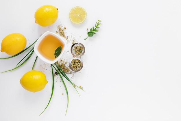Bovenaanzicht van thee beker en citroenen Gratis Foto