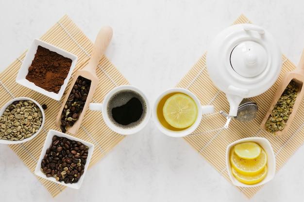 Bovenaanzicht van thee- en koffietrays Gratis Foto