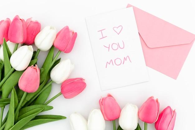 Bovenaanzicht van tulpen boeket met envelop Gratis Foto