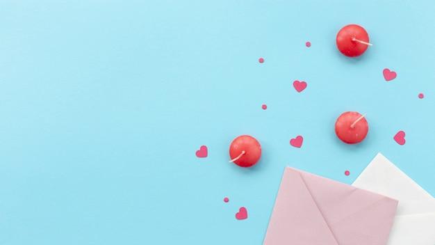 Bovenaanzicht van valentijnsdag kaarsen en enveloppen Gratis Foto