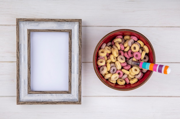 Bovenaanzicht van veelkleurige en gezonde granen op een rode kom op wit oppervlak Gratis Foto