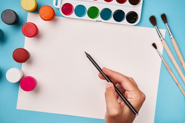 Bovenaanzicht van verf en penseel. canvas mock up. school tafel bovenaanzicht. kunst klasse Premium Foto