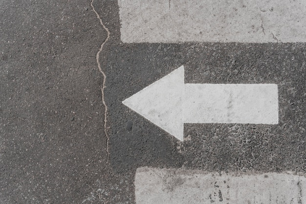 Bovenaanzicht van verkeersbord met pijl Gratis Foto