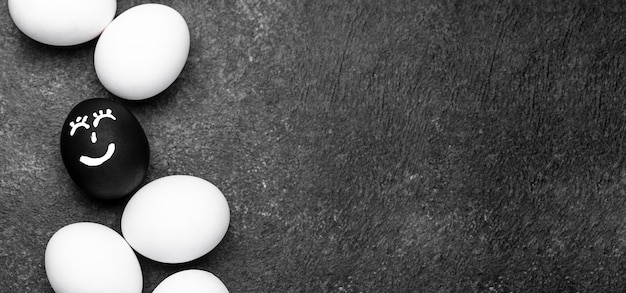 Bovenaanzicht van verschillende gekleurde eieren met gezichten voor zwarte levens zijn belangrijk voor beweging en kopie ruimte Gratis Foto