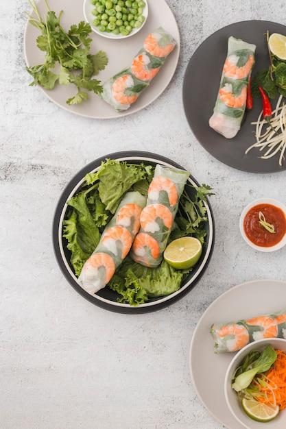 Bovenaanzicht van verse garnalen rolt met salade en saus Gratis Foto