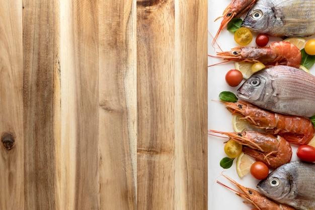 Bovenaanzicht van vis en garnalen met kopie ruimte Gratis Foto