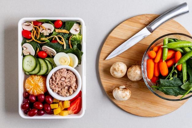 Bovenaanzicht van vis, groenten en fruit Gratis Foto
