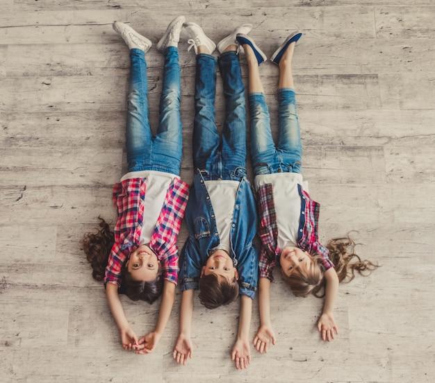 Bovenaanzicht van vrolijke kinderen kijken naar de camera en glimlachen. Premium Foto