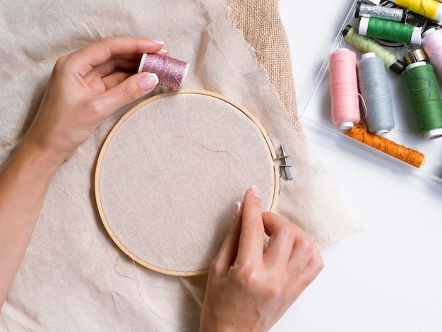 Bovenaanzicht van vrouw decoraties maken Gratis Foto
