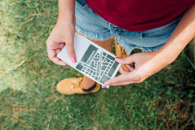 Bovenaanzicht van vrouw met een routekaart Gratis Foto