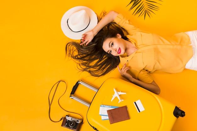 Bovenaanzicht van vrouw met reizen essentials Gratis Foto