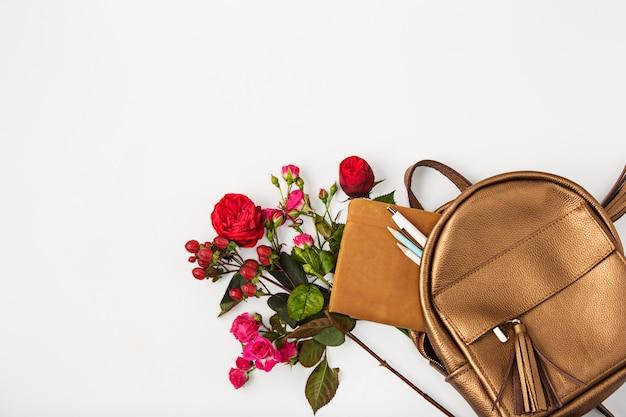 Bovenaanzicht van vrouwelijk bezit in tas. Gratis Foto
