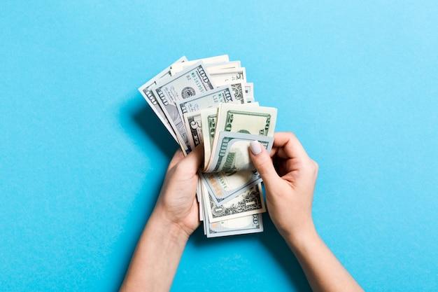 Bovenaanzicht van vrouwelijke handen tellen van geld. verschillende bankbiljetten. salaris concept. omkopen concept Premium Foto