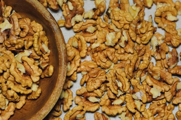 Bovenaanzicht van walnoten op natuurlijk keukenlinnen Premium Foto