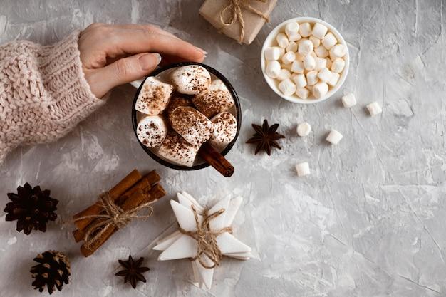 Bovenaanzicht van warme chocolademelk concept Gratis Foto