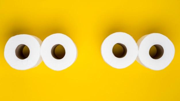 Bovenaanzicht van wc-papier rollen Gratis Foto