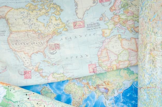 Bovenaanzicht van wereldkaart met postzegels Gratis Foto