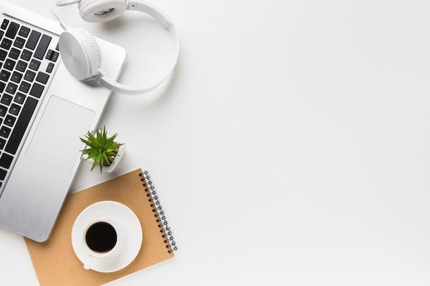 Bovenaanzicht van werkruimte met laptop en kopie ruimte Gratis Foto