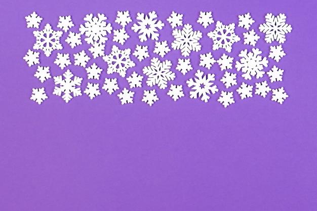 Bovenaanzicht van winter ornament gemaakt van witte sneeuwvlokken Premium Foto