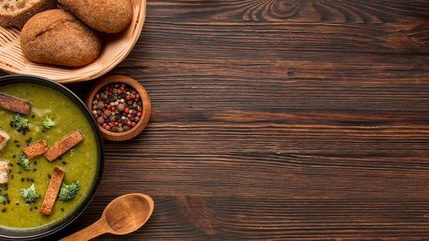 Bovenaanzicht van winterbroccolisoep met kopie ruimte en brood Gratis Foto