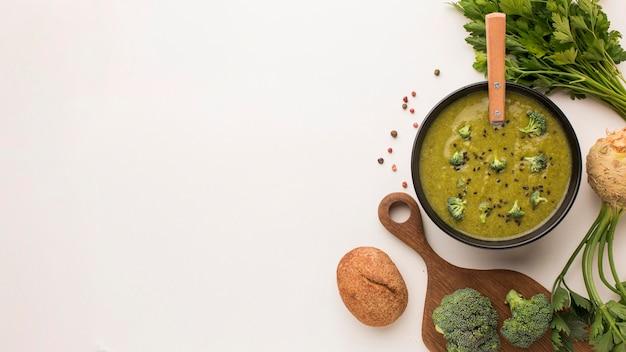 Bovenaanzicht van winterbroccolisoep met kopie ruimte en selderij Gratis Foto