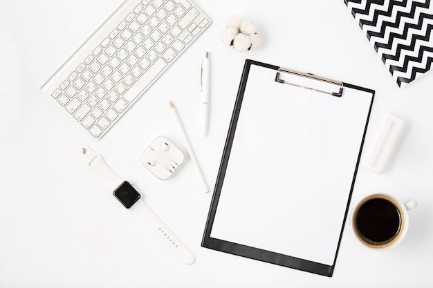 Bovenaanzicht van witte office tafel met laptop Gratis Foto