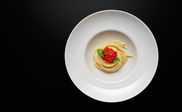 Bovenaanzicht van witte plaat met spaghetti Premium Foto