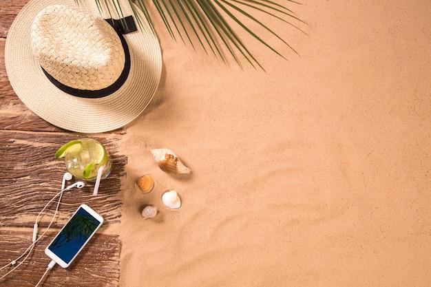 Bovenaanzicht van zandstrand met handdoekframe en zomer accessoires. achtergrond met kopie ruimte en zichtbare zand textuur. rechterrand gemaakt van handdoek Premium Foto