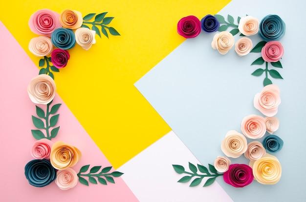 Bovenaanzicht veelkleurige achtergrond met bloemen frame Gratis Foto