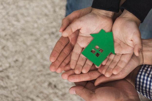 Bovenaanzicht verenigde handen met speelgoed Premium Foto